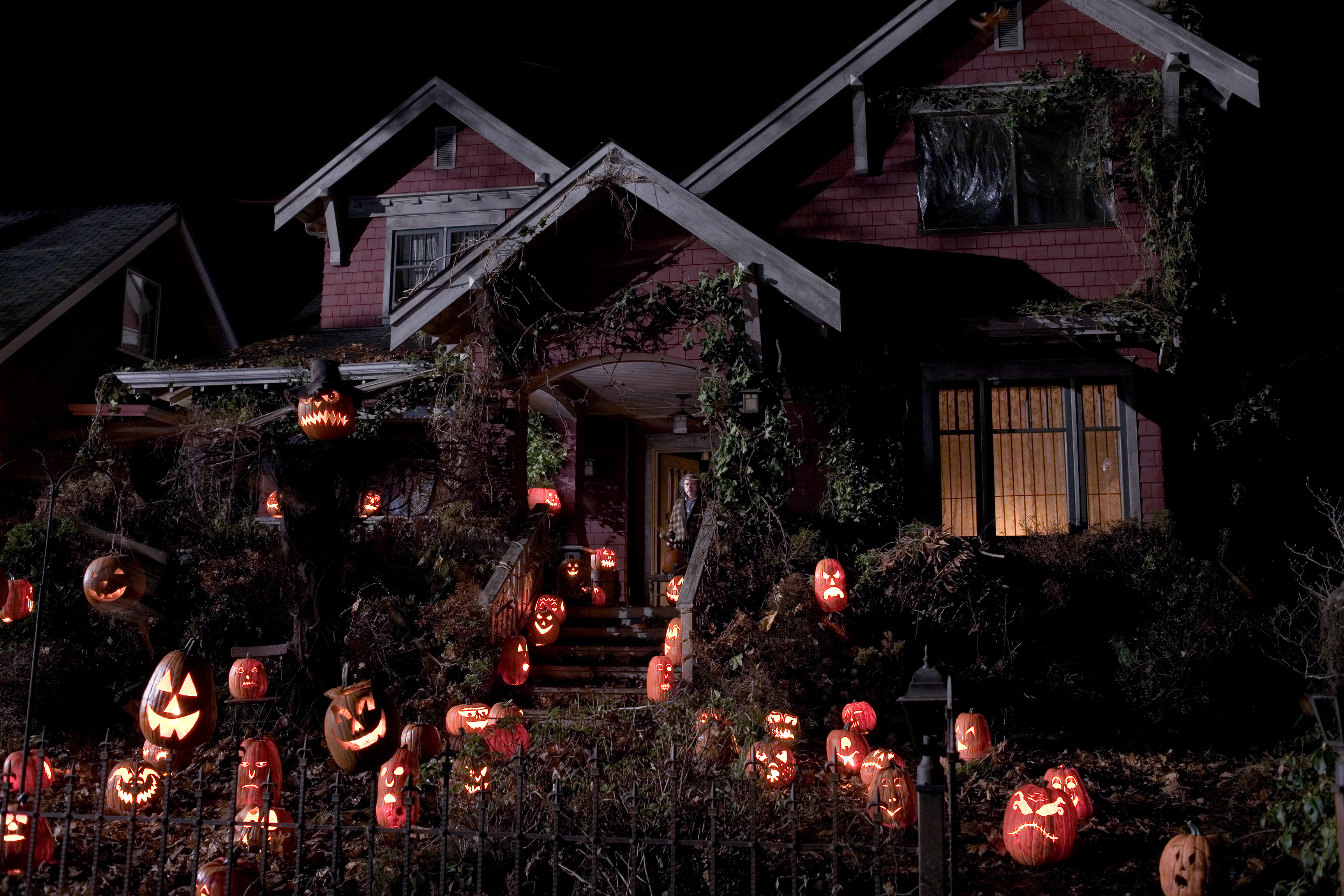 """31-Days-of-Horror-Trick-R-Treat-2007-Five-Tales-of-Terror-Old-Mans-House-Covered-in-Pumpkins-Jack-o-Lanterns """"31 Days of Horror"""" Day 31 - Part One: """"Trick 'R Treat"""" (2007) Movies Reviews"""